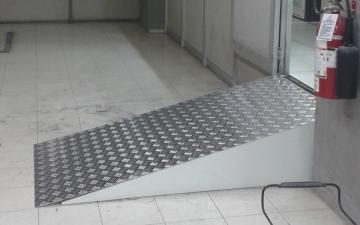 Vista lateral de rampa de acceso