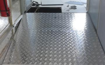 Rampa de acceso con plancha de acero